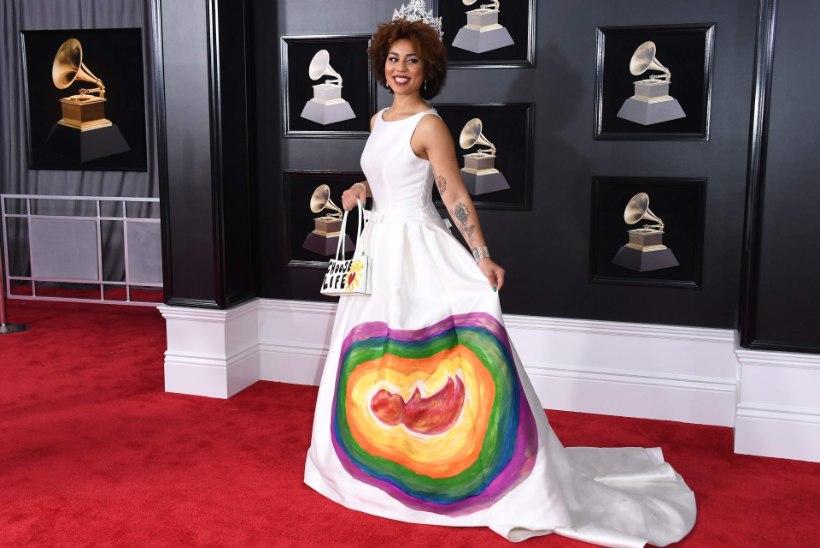 Abordivastane lauljatar kandis Grammyde galal embrüoga kleiti