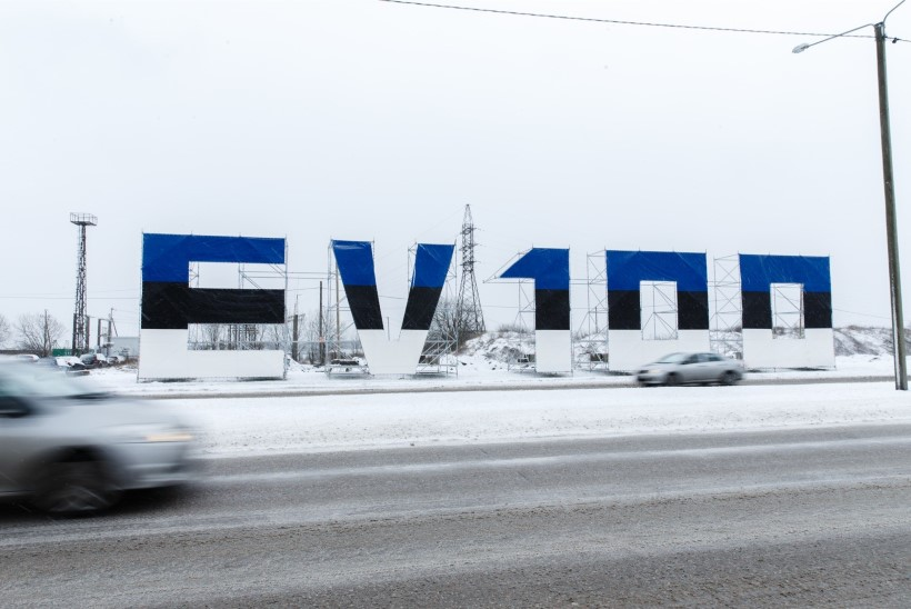 GALERII | Tallinnasse tulijaid rõõmustab suur sinimustvalge tervitus