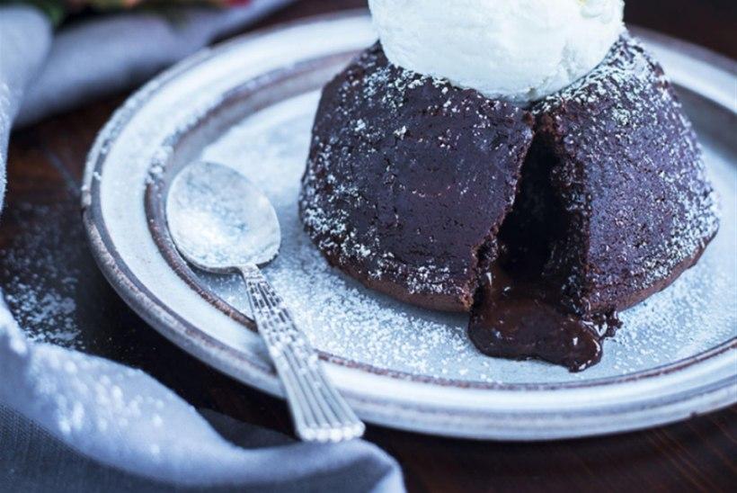 Šokolaadi-fondant koorelikööri ja jäätisega