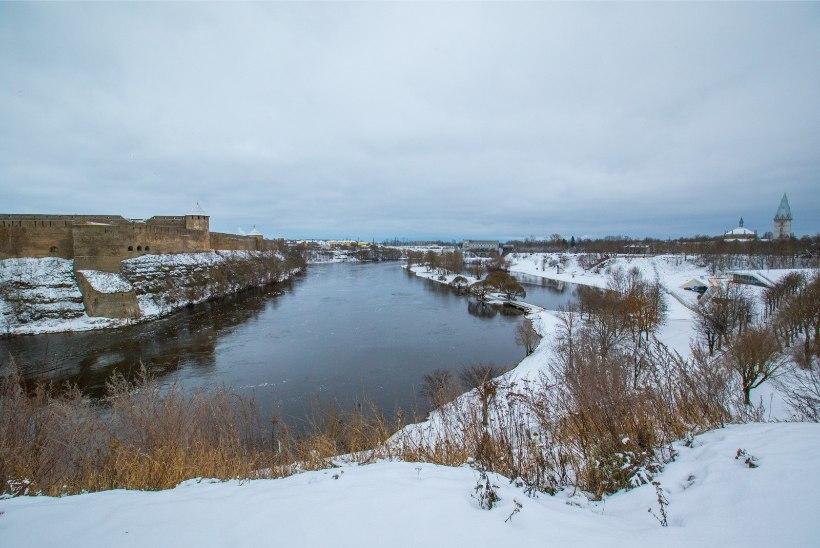 Vene piirivalvurid rajavad Narva jõe äärde tara