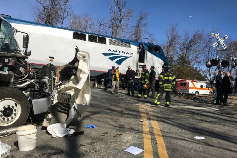 FOTOD   USA poliitikuid vedanud rong põrkas prügiautoga kokku