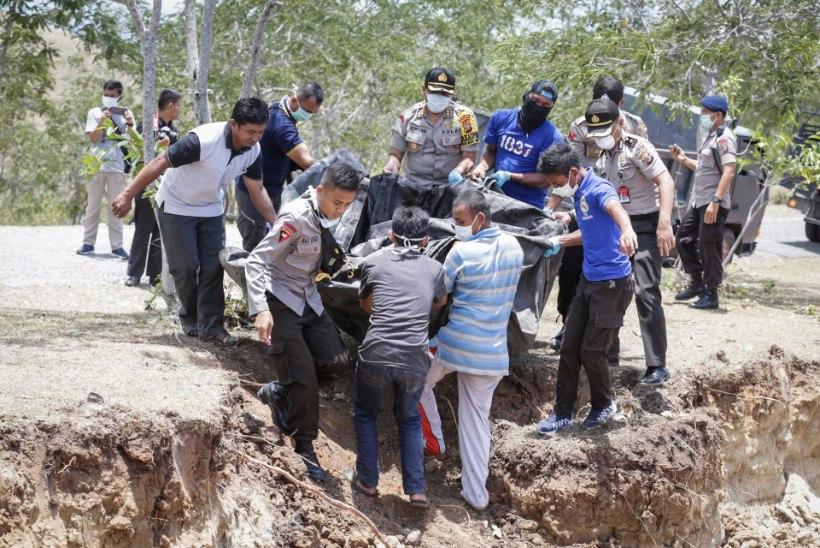 FOTOD | Indoneesia maavärinaohvreid hakatakse matma ühishaudadesse
