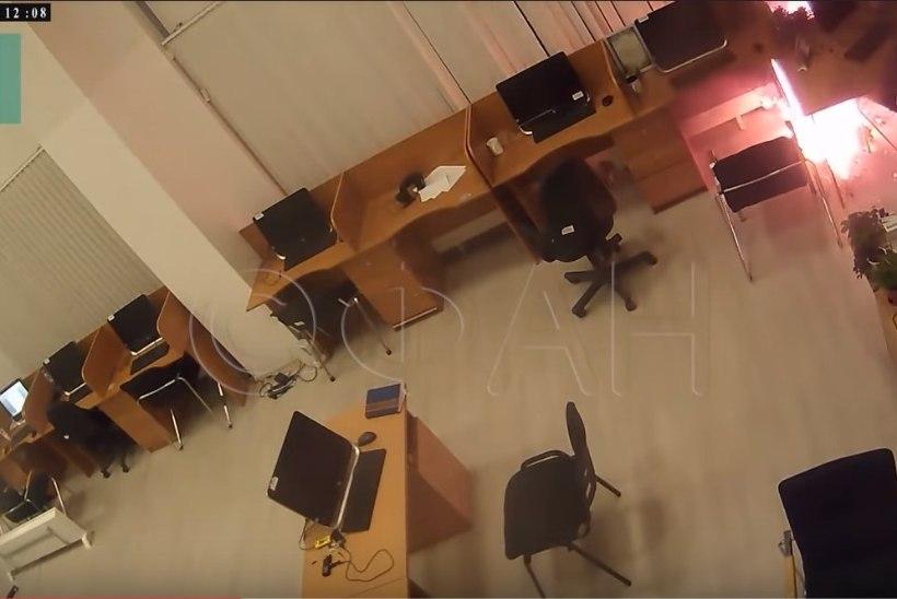 VIDEO | Peterburi trollivabrikut rünnati süütepudeliga