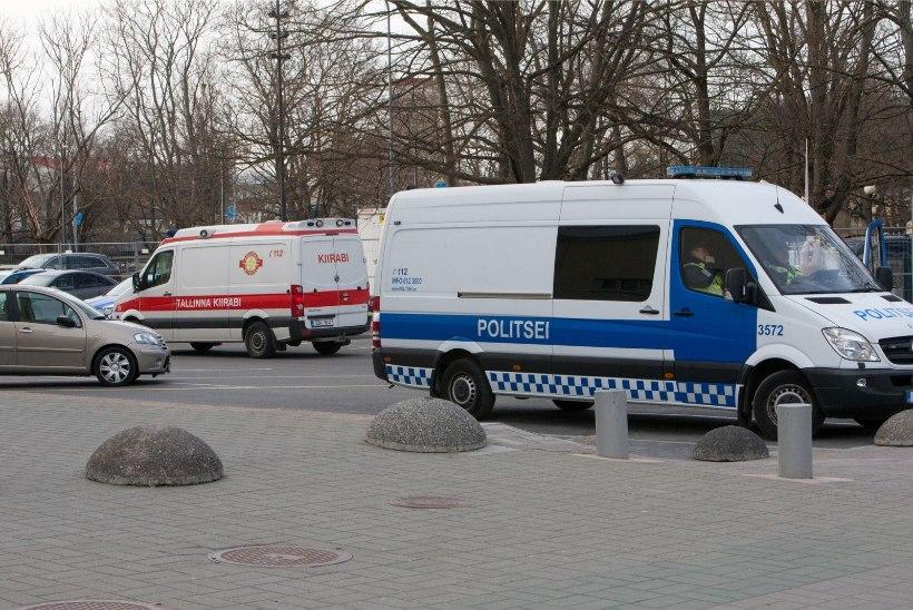 Tallinnas põrkas väljakutsele kiirustanud politseibuss kokku sõiduautoga