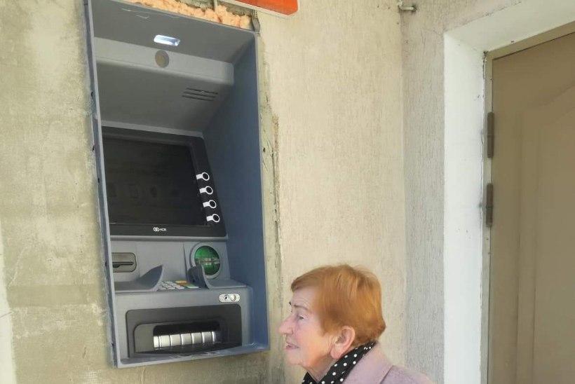 FOTOUUDIS | Räpina Swedbanki pangaautomaati saavad kasutada vaid korvpallurid