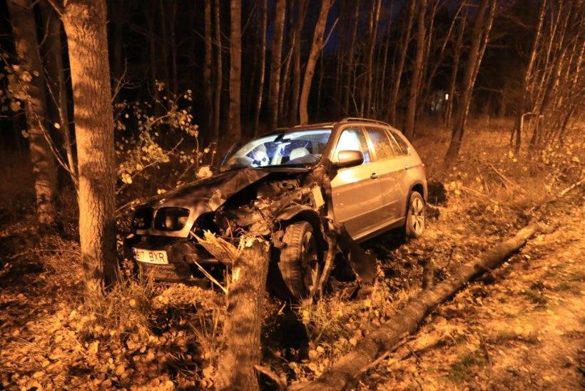 FOTOD | Tallinnas sõitis BMW koledal kombel teelt välja