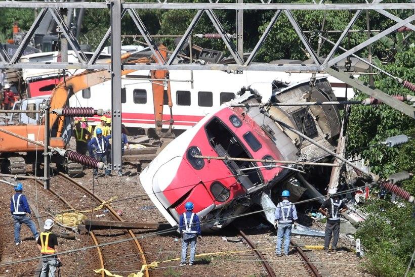 Убивший людей и разнесший перрон поезд попал на видео