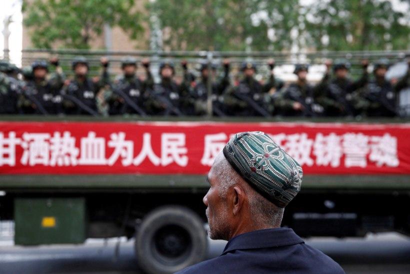 FILMIDA EI TOHI, SÕITA EI TOHI, KOHALIKEGA RÄÄKIDA KA MITTE: BBC ajakirjanikud üritasid Hiina koonduslaagreid uurida