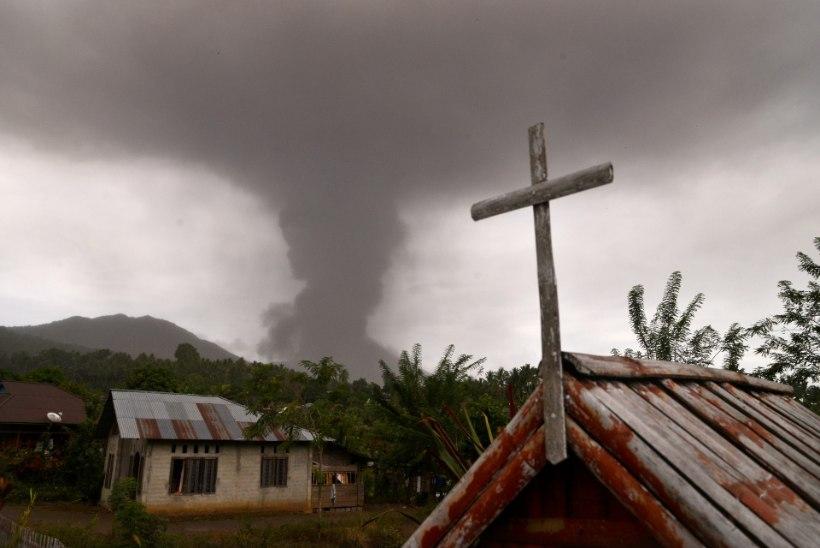 Maavärinast ja tsunamist räsitud Sulawesil hakkas purskama vulkaan