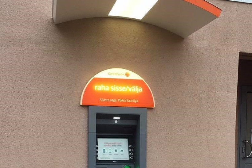 FOTOUUDIS | Räpina kuulus pangaautomaat sai uue kodu