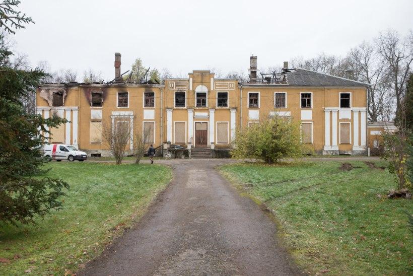 Elekter pistis uhke hoone põlema: juhtmed särisesid, kui lausleekides Väimela mõisa kustutati