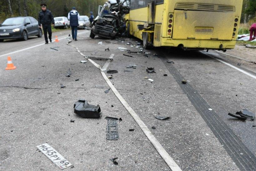 FOTOD JA VIDEO | Tveri oblastis hukkus reisi- ja minibussi kokkupõrkes 13 inimest
