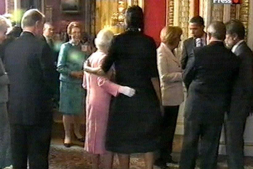 Michelle Obama seletab, miks ta etiketti rikkudes kuningannat kallistas