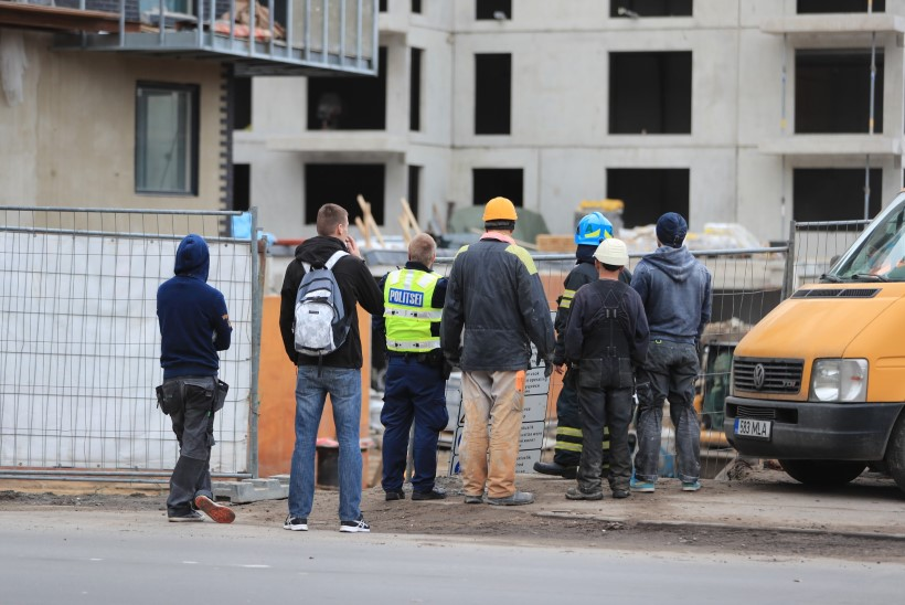 FOTOD | Kesklinna ehitusobjekti katusel seisis süütepudeliga mees ja esitas nõudmisi