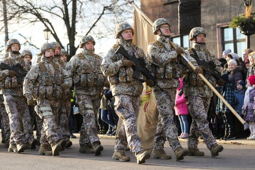 Läti paraad jäi paljudel nägemata: parema vaatekoha nimel roniti puude ja aedade otsa