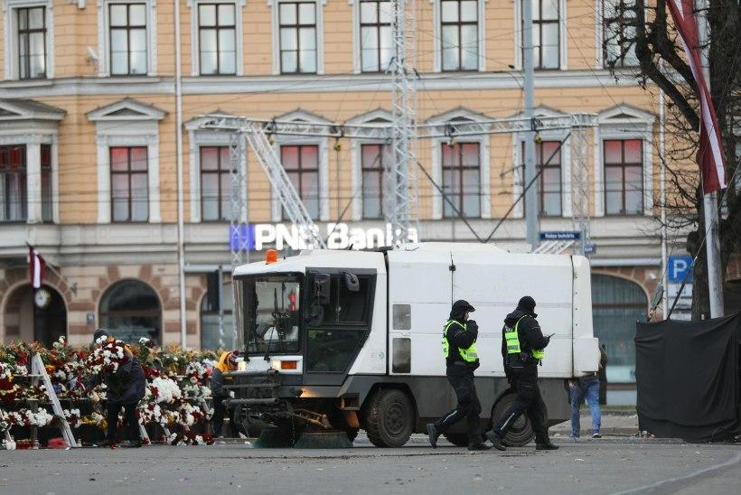 """OTSESAATE VÕLUD: """"Terevisioon"""" peatas Riias tänavapuhastusmasina"""