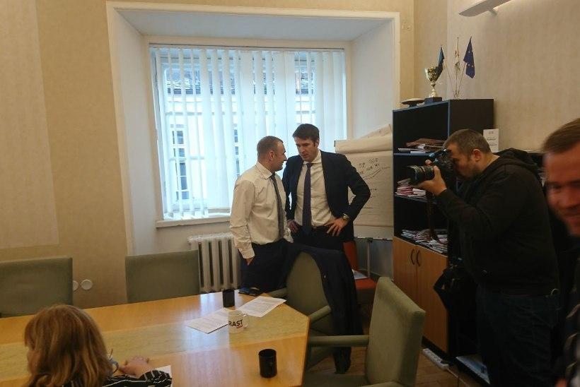GALERII | Sotsid arutasid koosolekul, kas viia rändeleppe küsimus riigikokku