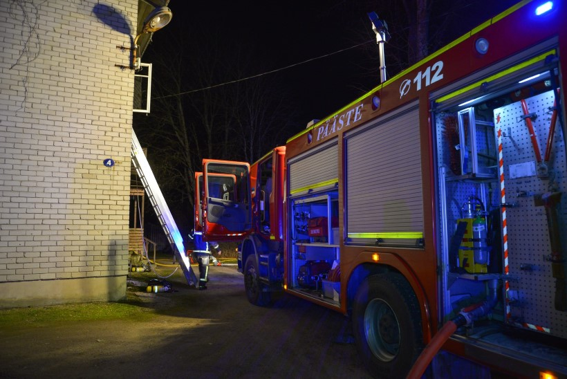 FOTOD JA VIDEO SÜNDMUSKOHALT | Viljandimaal hukkus tulekahjus kolm inimest, kaks päästeti akna kaudu