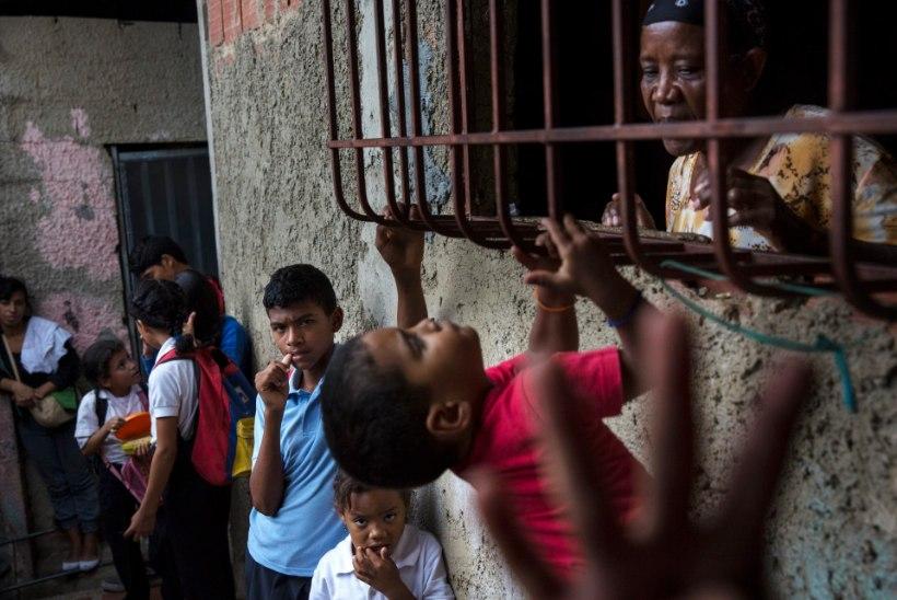 VENEZUELA MAJANDUSKRIISI NOORED OHVRID: emad annavad oma lapsed ära või ajavad nad tänavale