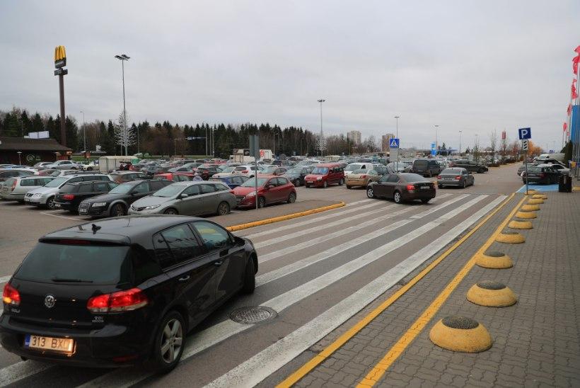 GALERII | Tallinna kaubanduskeskuste parklad on musta reede ostuhulluse tõttu autodest pungil