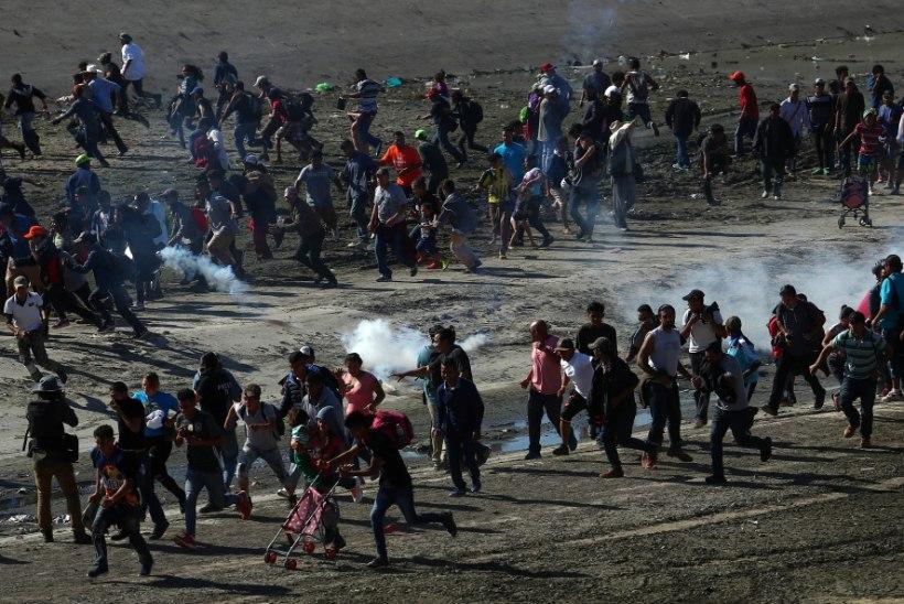 Ummisjalu USA-Mehhiko piiri ületada püüdnud inimesed tõrjuti pisargaasiga tagasi