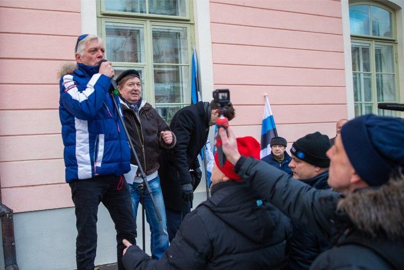 GALERII   Indrek Tarand sai EKRE meeleavaldusel peksa: maaslamajat on ju tore jalaga lüüa