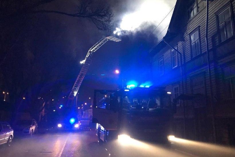 FOTO | Lastekodu tänaval läks puumaja korstnas põlema tahm