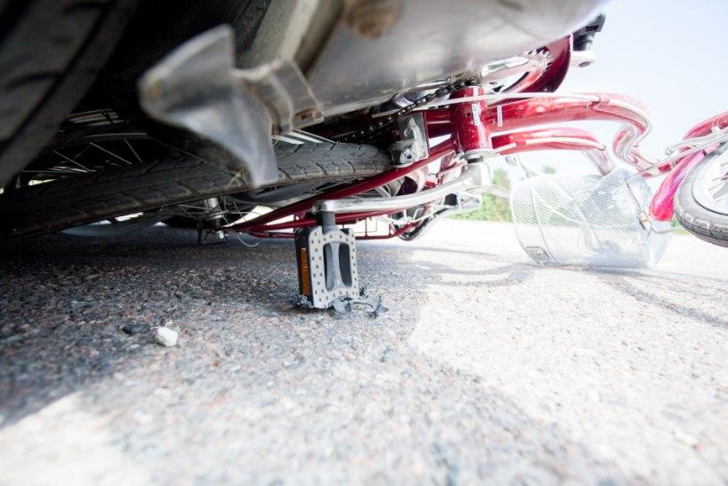 ÖÖPÄEV LIIKLUSES: autojuht sõitis ristmikul jalgratturile otsa