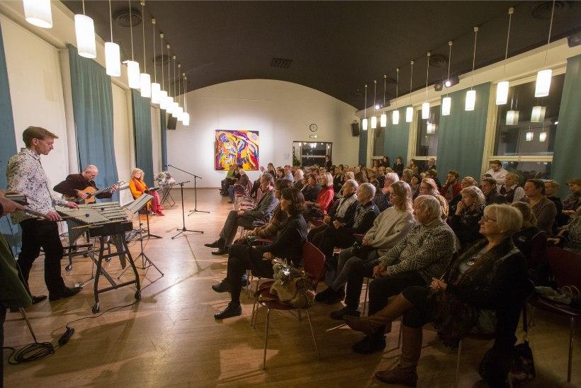 FOTOD   Kirjanik Doris Kareva kohtus muusika- ja luuleõhtul oma austajatega