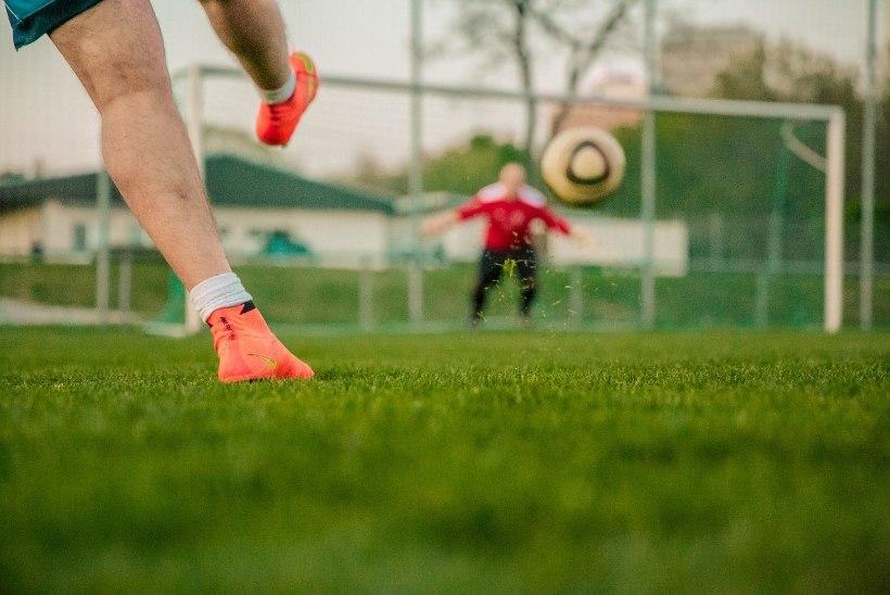 Голая женщина прервала футбольный матч (ВИДЕО)