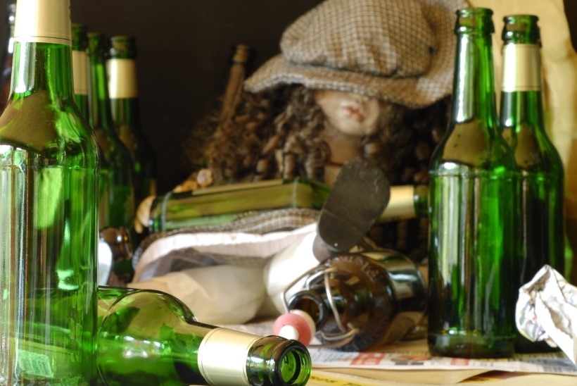 MARUS KOMMENTEERIJAD: ema joodab mähkmetes mudilasele sisse pudeli veini