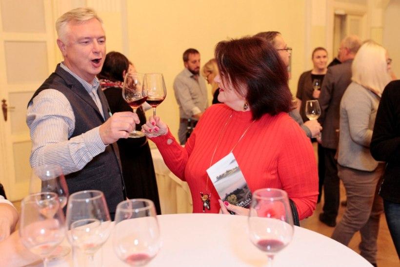 PILDID | Kersti Toots mekutas veini koos vallatu härrasmehega