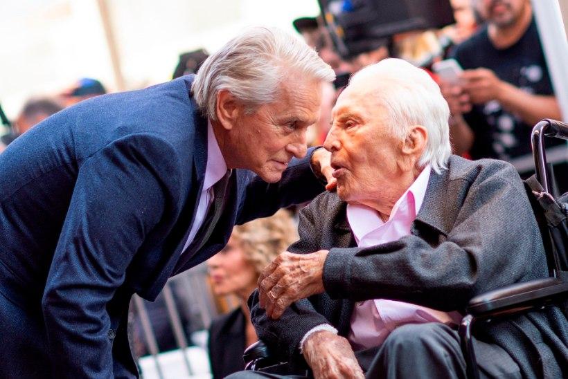 Michael Douglas tänas omanimelist tähte saades isa Kirk Douglast (101)