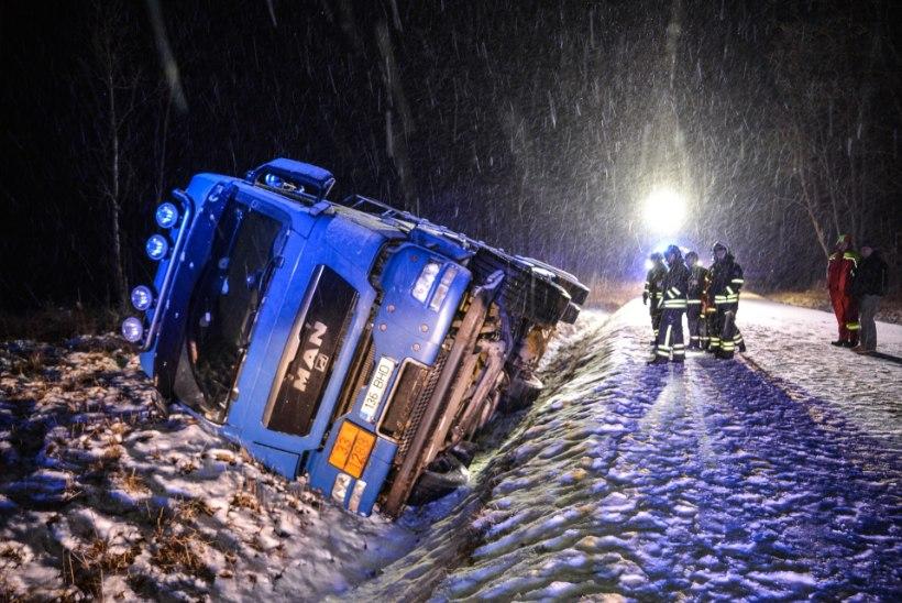 VIDEO JA FOTOD | Viljandimaal sõitis kütuseveok kraavi