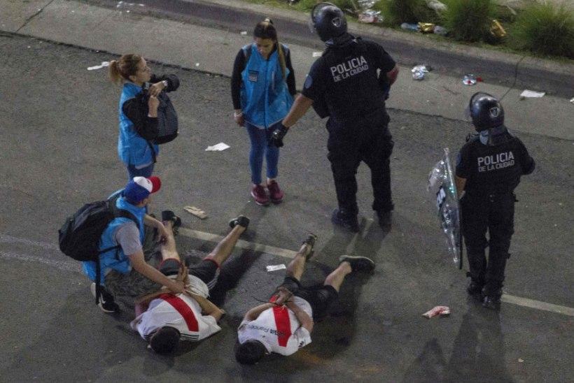 FOTOD | Politsei pidi maailma tuliseima jalgpalliderbi järel fänne kummikuulide ja pisargaasiga taltsutama