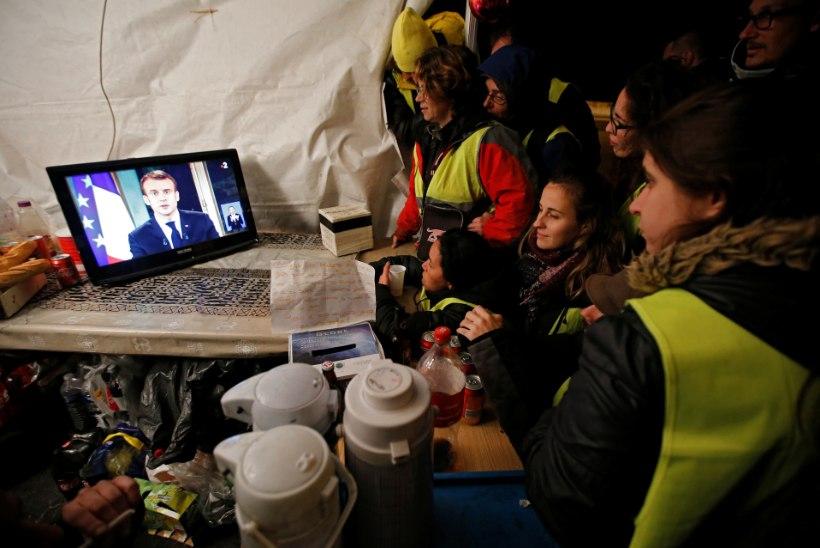 MEELEAVALDAJATE VÕIT? President Macron heiskas valge lipu ja lubas vaestele raha