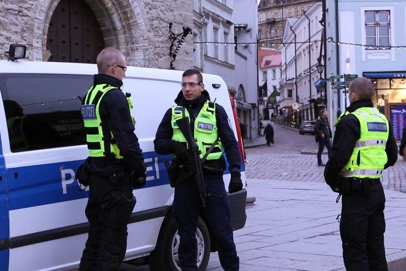 ÕL FOTOD   Tallinna jõuluturgu valvavad relvastatud politseinikud