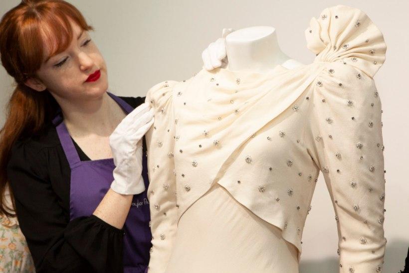 6a203e3fad3 Printsess Diana kleit sattus kaltsukasse - kuid nüüd tõusis hind taevasse