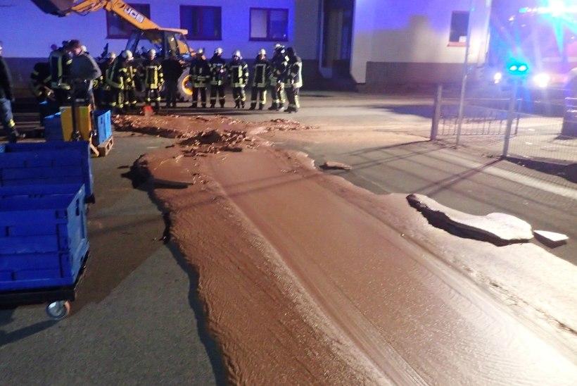 LAKU VÕI PUHTAKS! Saksamaal voolas tänavale tonn sulašokolaadi
