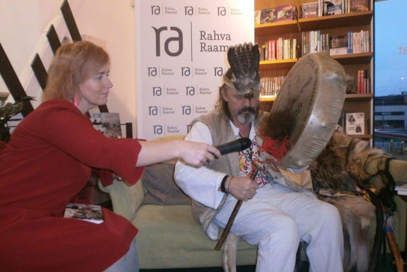 GALERII   Šamaan Kotkasulg sai Pärnu raamatuesitlusel vägeva kingituse ning ületas kõik rekordid