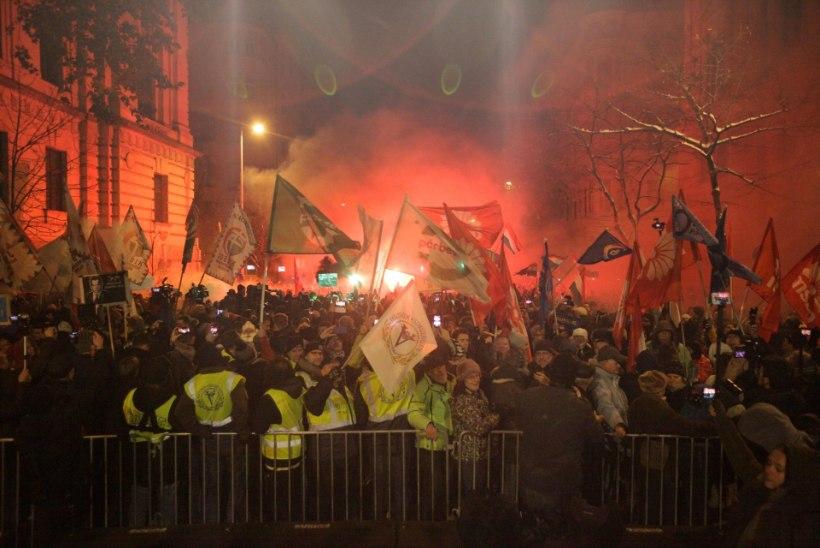 """Ungari """"orjatöö seaduste"""" vastu protestivaid saadikuid ei lubata telesse, kaks poliitikut visati telemajast välja"""