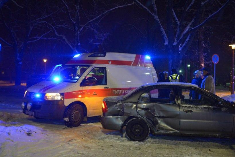 FOTOD | Viljandis põrkasid kokku kaks autot, kolm inimest viidi haiglasse