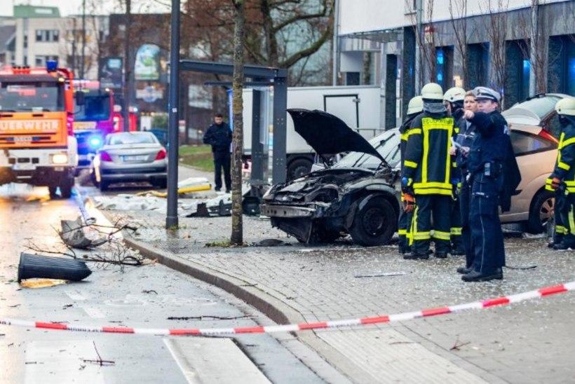 Saksamaal sõitis autojuht bussipaviljoni, üks inimene hukkus