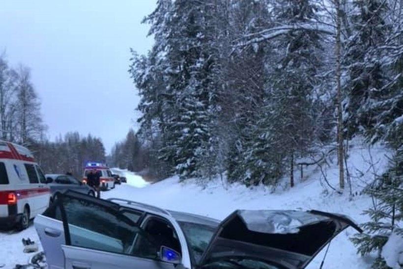 FOTOD | Võrumaal põrkasid kitsal teel kokku sõiduautod. Kaks inimest viidi haiglasse