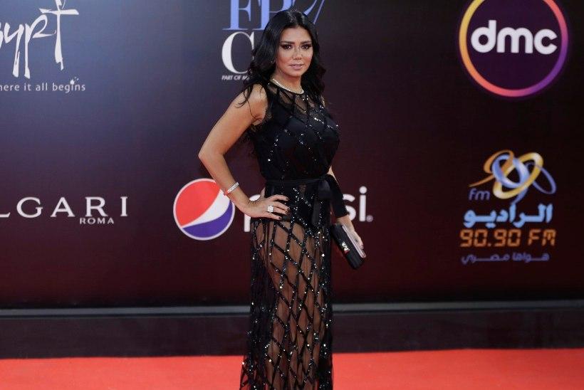 Näitlejatar tassitakse paljastava kleidi tõttu kohtu ette
