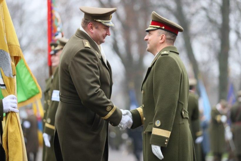 GALERII | Kindral Riho Terraselt võtab vabariigi kaitsja lipu üle kindralmajor Martin Herem
