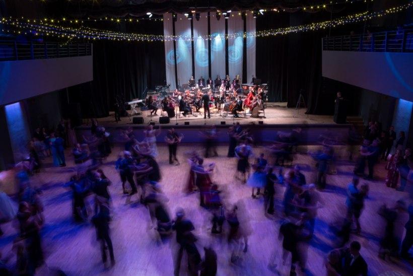 ELUSTAMINE TANTSUPÕRANDAL: Tartu ülikooli ballil varises inimene keset tantsu kokku