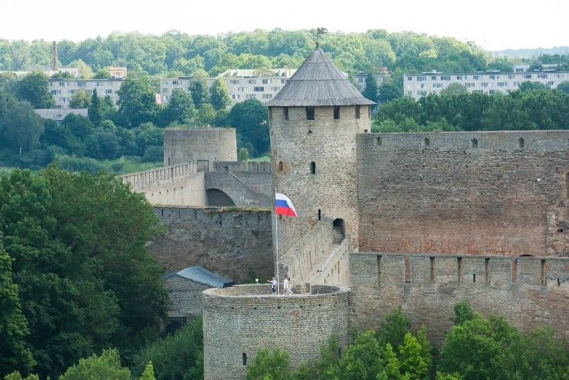 Из-за праздничного наплыва Эстония дополнительно направила в Россию двух дипломатов