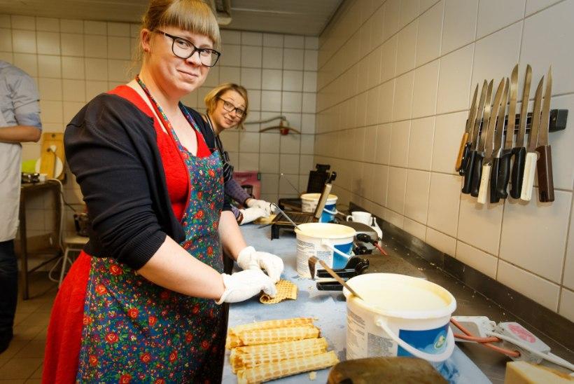 GALERII | Tallinna kirikus valmivad rekordilised 2700 vahvlit, kõik heal eesmärgil