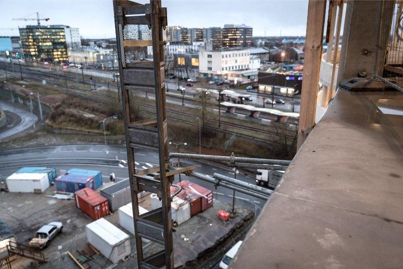 FOTOD   T1 kaubanduskeskuse parkimismajas puudub äärepiire, tööinspektsioon käskis parkimismaja sulgeda